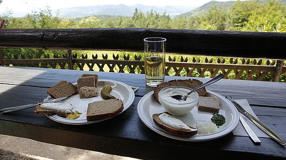 Doppelter Genuss: Bratwurst udn Weißer Käse schmecken mit Blick auf den Trifels und die Weiten des Pfälzerwaldes besonders gut.