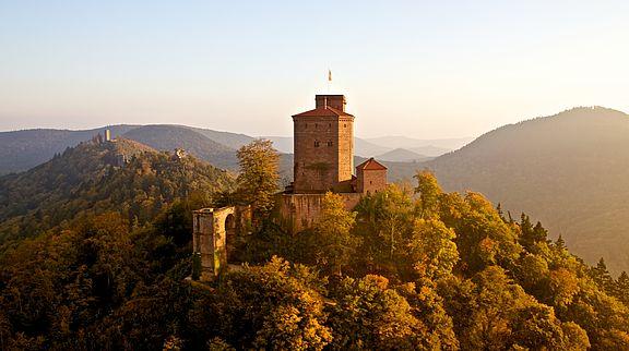 Die vornehmste Königsfestung der Stauferzeit steht auf dem höchsten der drei kegelförmigen Burgberge oberhalb Annweilers, dem Sonnenberg, der dreigeteilt ist - vermutlich kommt daher der Name Trifels.
