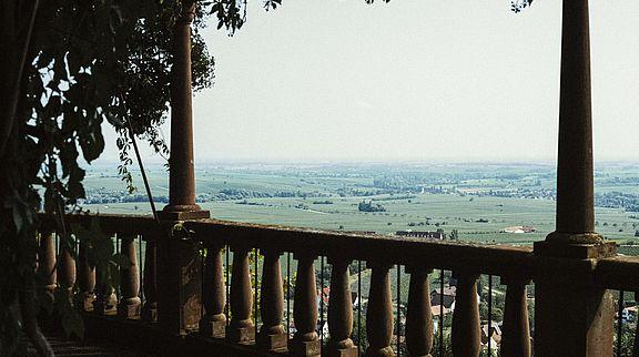 Von der Terrasse des Slevogthofs aus hat man einen prächtigen Blick in die Rheinebene und auf die Ausläufer des Pfälzerwaldes. Über eine Treppe gelangt man direkt in den Garten.
