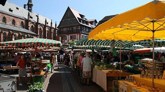 An der Deutschen Weinstraße gibt es viele Wochenmärkte zu entdecken. Zu den größten zählen der Neustadter Wochenmarkt...