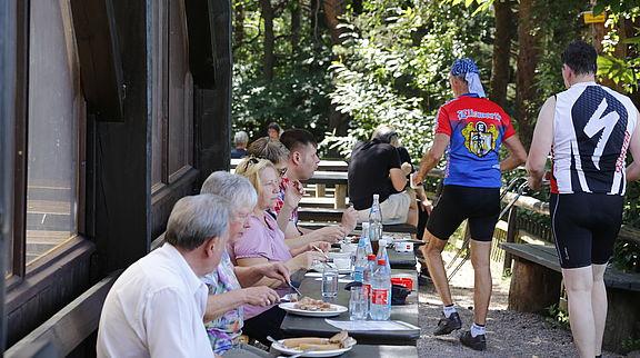 Hüttenrand: Bei gutem Wetter ist die Längsseite der Trifelsblickhütte wegen der Aussicht besonders beliebt.