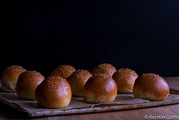 Frisch aus dem Ofen duften sie lecker - die Wacholder-Buns für diesen wilden Weinstraßen-Burger