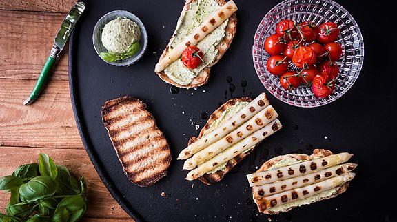 Pfälzer Spargel italienisch interpretiert: gegrillt mit frischer Basilikumbutter als köstliche Bruschetta