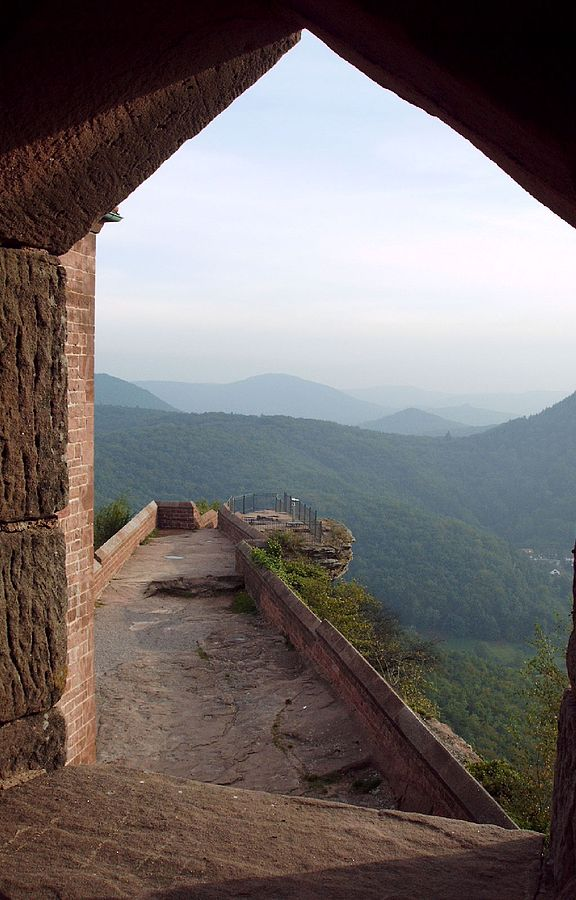 Vom Trifels hat man eine wunderschöne Aussicht auf den Pfälzerwald.