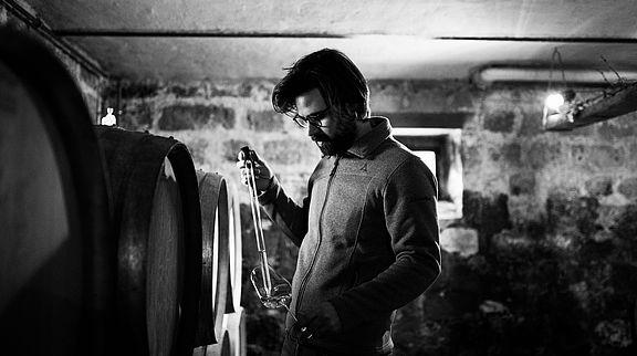 Gabriel Scheuermann überprüft den Sekt-Grundwein. Diesen baut er zum Großteil in gebrauchten Barriques aus. © Weingut Scheuermann