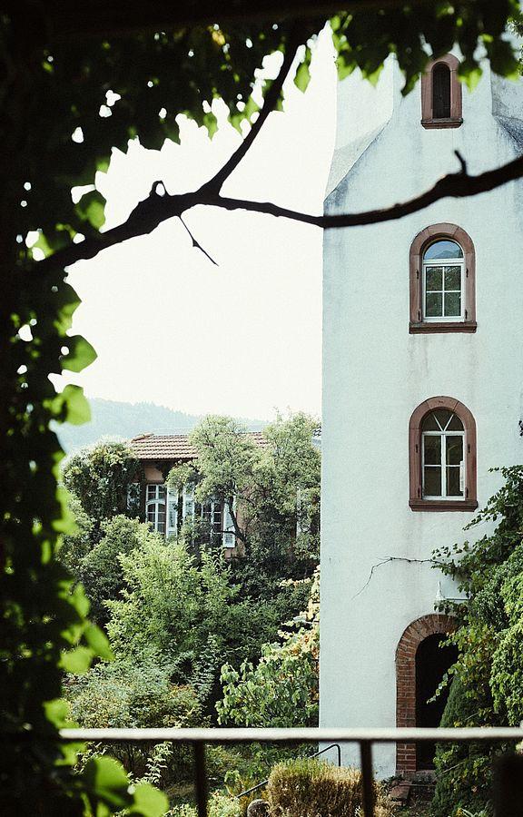 Der romantische weiße Zinnenturm stammt schon aus dem Jahr 1865 und gibt dem Gebäude schon von weitem sein charakteristisches Aussehen.