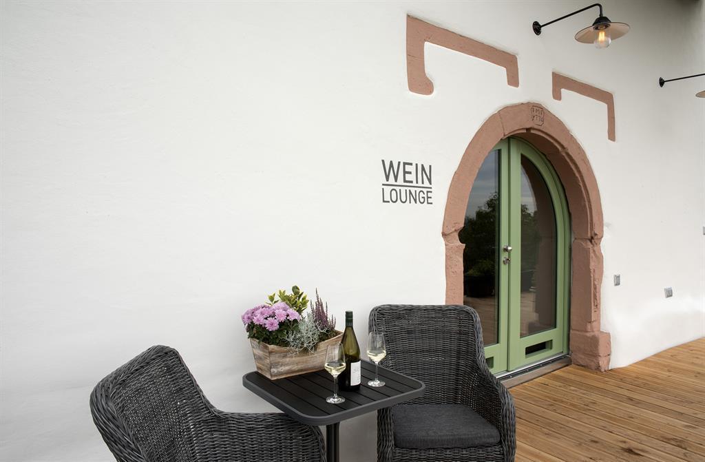 Eingang zur Weinlounge über Terrasse