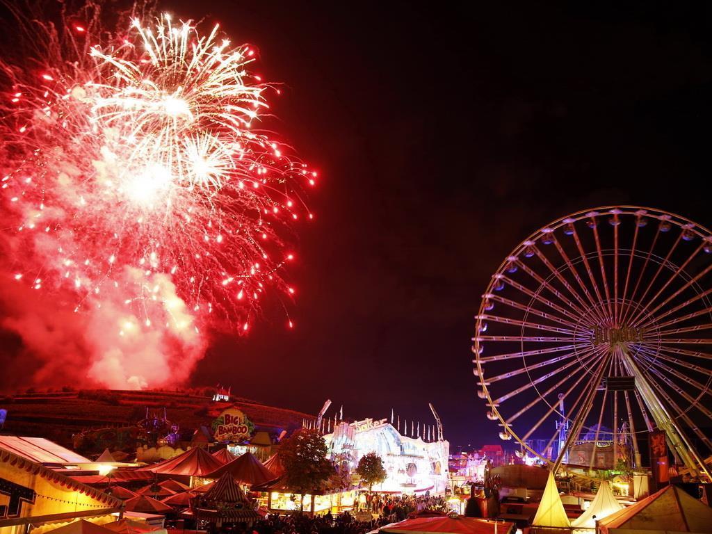 Feuerwerk und Festplatz