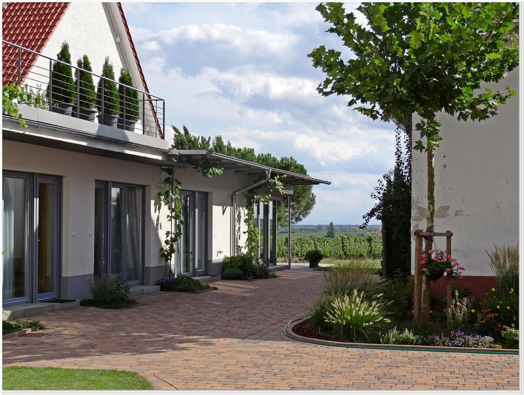 Gästehaus Räch Blick zu Terrasse am Weinberg