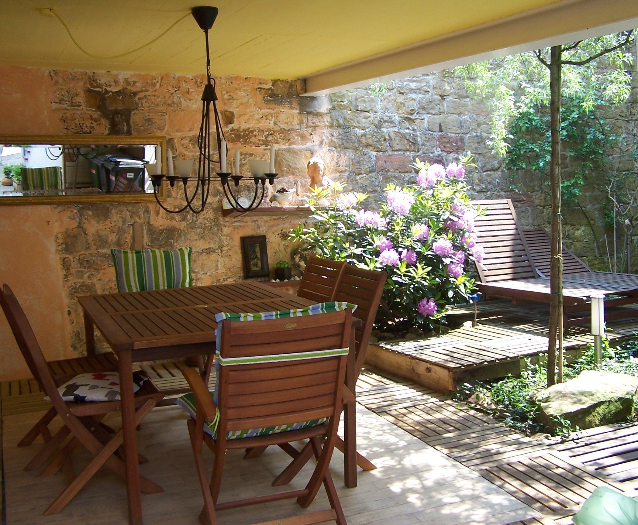 Innenhof mit Sonnenliegen